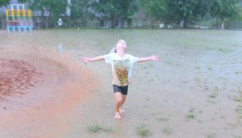 雨を全身で感じる 自然素材 水