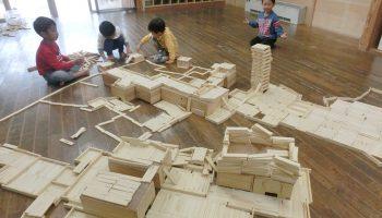 屋内でみんなで協力して 自然素材 木